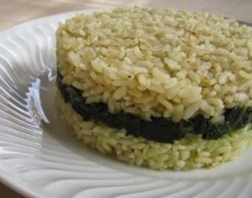 Molde de arroz blanco y espinacas